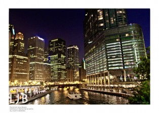 The view of the canals in Chicago at night is so beautiful. Just one more reason why Chicago is one of my favorite U.S. cities!